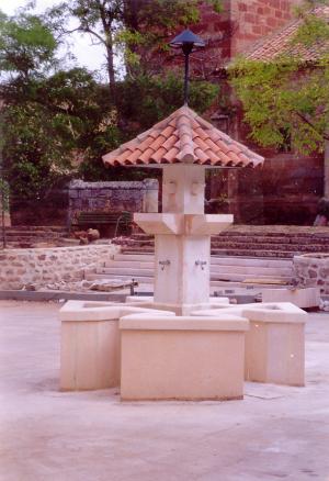 Fuente de Piedra Rosa Sepúlveda en plaza Pública de Liceras (Soria).