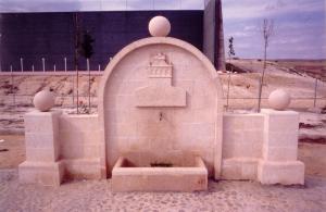 Fuente de Piedra Rosa Sepúlveda en Parque público de Urueñas (Segovia).