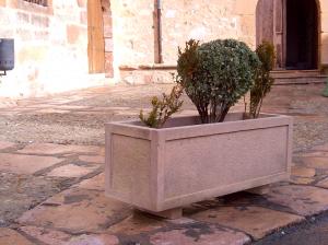 Jardinera 150 X 50 X 50 impermeabilizada. Piedra Rosa Sepúlveda.