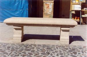 Banco en plaza mayor de Sepúlveda (Segovia). Piedra Rosa Sepúlveda abujardada. 150 X 50 cm.