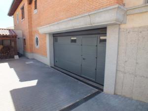 Cargadero con moldura, recercado de ventanas y otros trabajos realizados de granito para chalet en Soto del Real (Madrid).