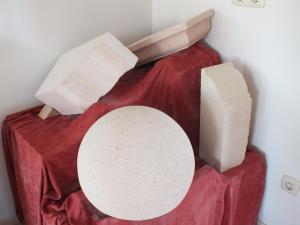Trabajos en cantería para la construcción en Piedra Rosa Sepúlveda abujardada. Canecillos, cornisas.