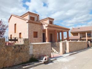 Albardilla, pilastras, recercado de ventanas y esquinas. Vivienda particular de Prádena (Segovia).