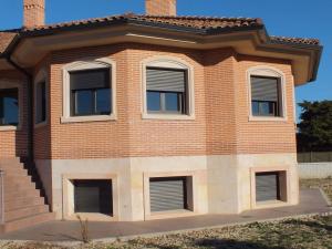 Trabajos en Piedra Rosa Sepúlveda. Vivienda unifamiliar en Fuente el Saz de Jarama (Madrid).