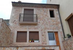 Solera de balcón, recercado de ventanas, esquinas y mampostería de piedra Rosa Sepúlveda en vivienda particular  de Sepúlveda.