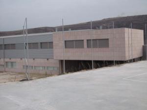 Chapado en Piedra Rosa Sepúlveda para fachada ventilada. Colegio Público Virgen de la Peña de Sepúlveda.