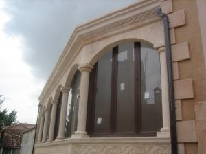 Fachada con trabajos de cantería y balaustres torneados en Piedra Rosa Sepúlveda. Vivienda unifamiliar en Prádena (Segovia).