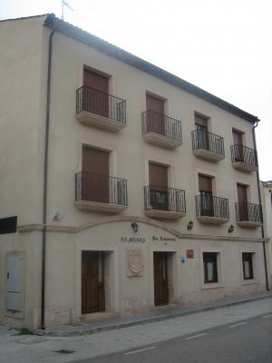 Trabajos de cantería en fachada y escudo. Edificio construido en Prádena. Piedra Rosa Sepúlveda.