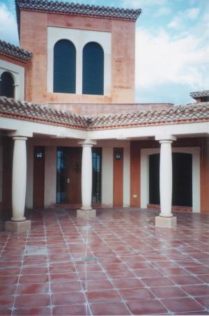 Trabajos de arquería, columnas, cargadores y sillares en chalet particular en La Cabrera (Madrid). Piedra Rosa Sepúlveda abujardada.