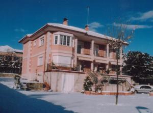 Columnas, esquinas y recercado de ventanas en vivienda particular de Tres Cantos (Madrid).