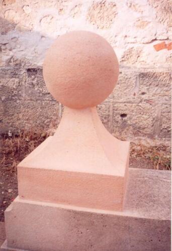 Bolo y soporte en obra pública de Sepúlveda (Segovia). Piedra Rosa Sepúlveda abujardada.