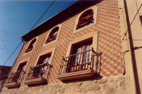 Trabajos en Piedra Rosa  Sepúlveda abujardada para fachada de vivienda unifamiliar de Sepúlveda (Segovia).