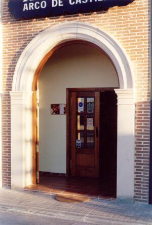 Arco de entrada a un restaurante de San Sebastián de los Reyes (Madrid). Piedra Rosa Sepúlveda abujardada.