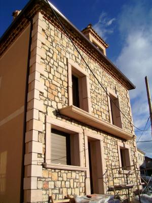 Fachada de Piedra Rosa Sepúlveda abujardada y mampostería. Vivienda unifamiliar en Rades de Pedraza (Segovia).