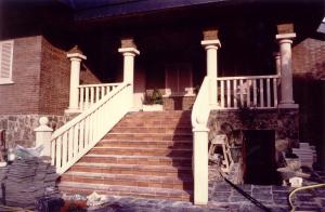 Balaustrada y columnas en chalet particular en urbanización de Villaviciosa de Odón (Madrid). Piedra Rosa Sepúlveda.