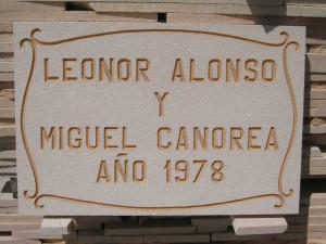 Placa conmemorativa de la rehabilitación de una vivienda en la provincia de Segovia. 40 x 27 cm.
