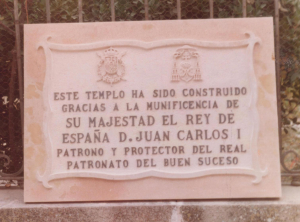 Placa conmemorativa de la inauguración de la Iglesia construida en Madrid, 100 x 70 cm.  Escudos 15 cm.