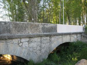 Reconstrucción de pretil de puente en Prádena (Segovia). Piedra Rosa Sepúlveda.