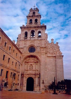 Trabajos de cantería en la fachada principal del Monasterio de la Vid en Burgos.