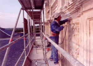 Trabajos de cantería en la fachada del monasterio de la Vid en Burgos.