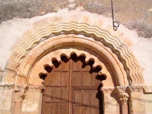 Restauración del arco de entrada de la iglesia de El Olmo (Segovia).