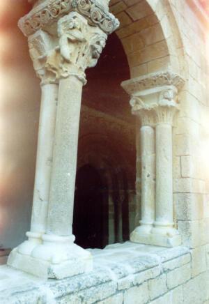 Restauración de las columnas del atrio de la iglesia en Perorrubio (Segovia).