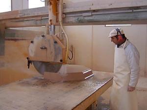 Moderna maquinaria elaborando una moldura.