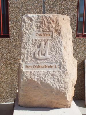 Nuestro logotipo de empresa tallado en un bloque de piedra Rosa Sepúlveda.