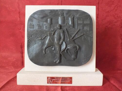 """Trofeo de bronce """"Triunfador de la Feria de Sepúlveda"""" para la """"Peña Taurina Victoriano de la Serna"""" de Sepúlveda."""