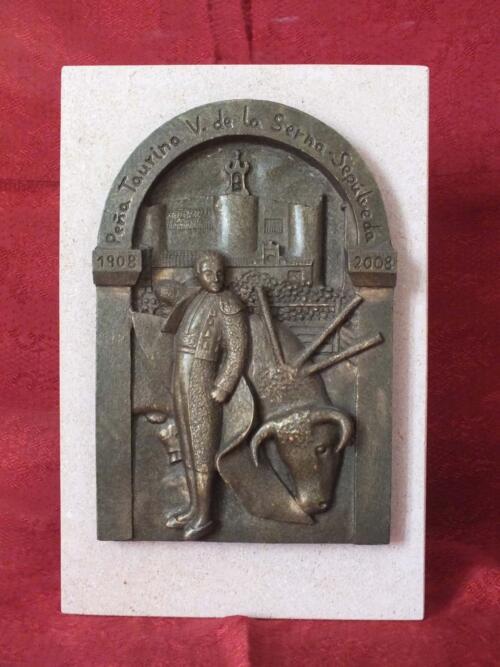 """Obsequio de resina imitación bronce. """"Peña Taurina Victoriano de la Serna"""" de Sepúlveda."""