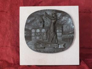 Trofeo Víctor Barrio de la Peña Taurina de Riaza.  Resina imitación bronce sobre placa de piedra Rosa Sepúlveda.