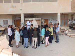 Turistas de la agencia alemana Studiosus escuchando las explicaciones en su visita a nuestro taller.