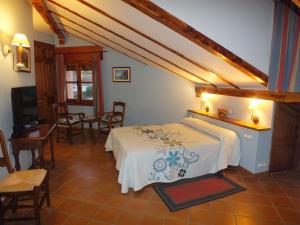Habitación abuhardillada en el Centro de Turismo Rural Puente del Duratón en Sepúlveda.