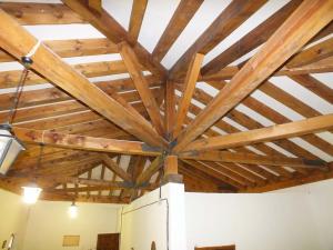 Detalle constructivo de madera en cubierta de la Casa de Hermandad de la Cofradía de la Virgen de la Peña de Sepúlveda.