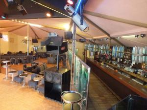 Barra y zona de divanes de discoteca La Violeta de Sepúlveda.