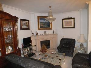 Salón con chimenea de vivienda particular.