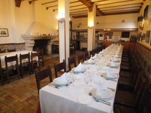 Comedor con chimenea del Restaurante Cristóbal de Sepúlveda.