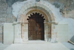 Puerta de entrada a la iglesia de El Olmo (Segovia).