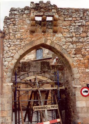 Restauración de la puerta de la muralla de Ayllón (Segovia).