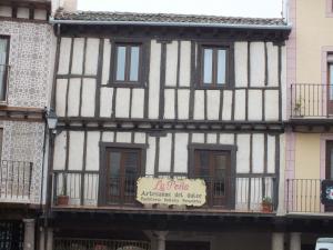 Fachada de edificio en Sepúlveda. Revoco tradicional a la cal.
