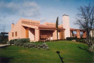 Edificio construido en urbanización de Prado Pinilla. Fresno de Cantespino (Segovia).